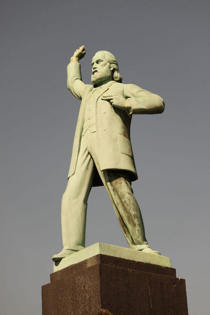ヘンな銅像