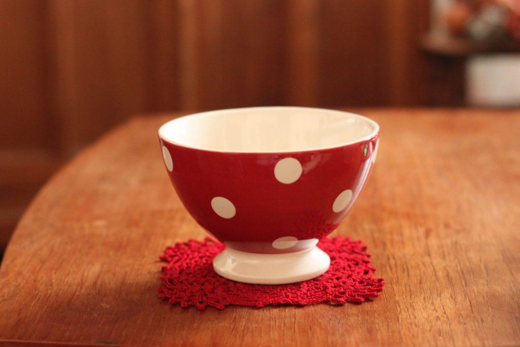 赤いドイリーと水玉カフェオレボウル