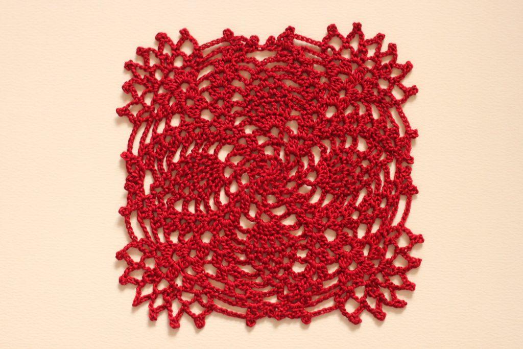 赤いレース編みドイリー