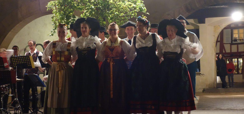 民族衣装でダンスパーティー