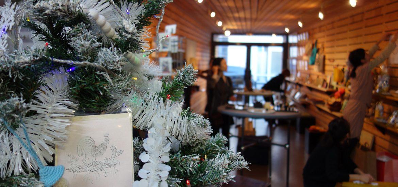 Installation de l'expo-vente Cadeaux de Noël
