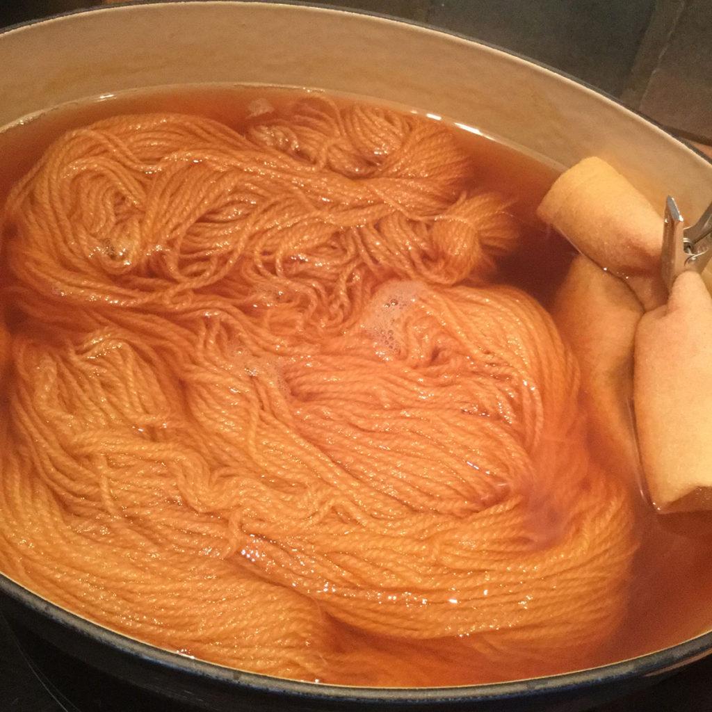 毛糸を染める。